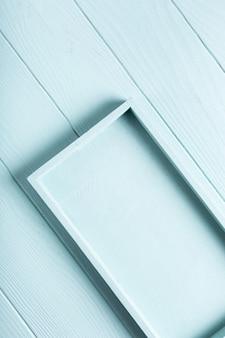 Superficie della plancia di legno blu, turchese con vassoio a scatola