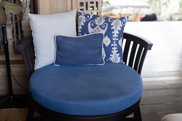 Poltrona in stile vintage blu in reception con cuscino