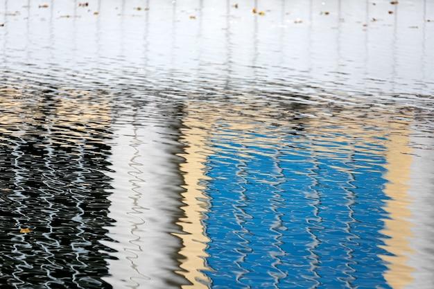 Superficie dell'acqua blu. la trama delle increspature dell'acqua sulla superficie della pozzanghera è scura