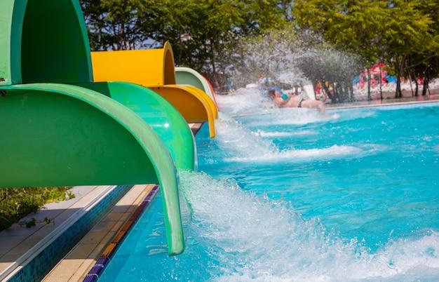 Parco acquatico blu con piscina
