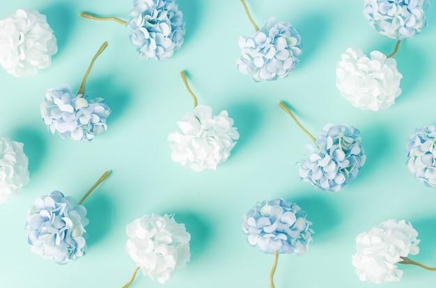 Modello di fiori blu e bianco dell'ortensia su fondo blu