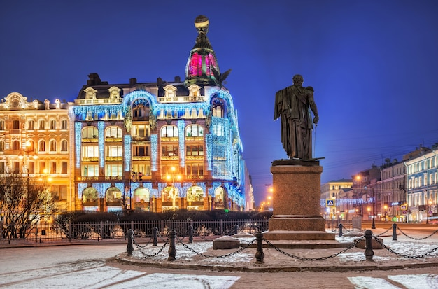 Notte invernale blu a zingerãƒâƒã'â ¢ ãƒâ'ã'â € ãƒâ'ã'â ™ s house in decorazioni di capodanno e monumento a kutuzov a san pietroburgo
