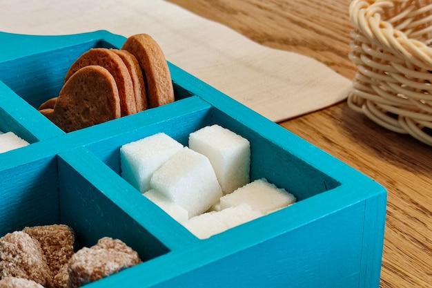 Scatola di legno blu con biscotti e zucchero