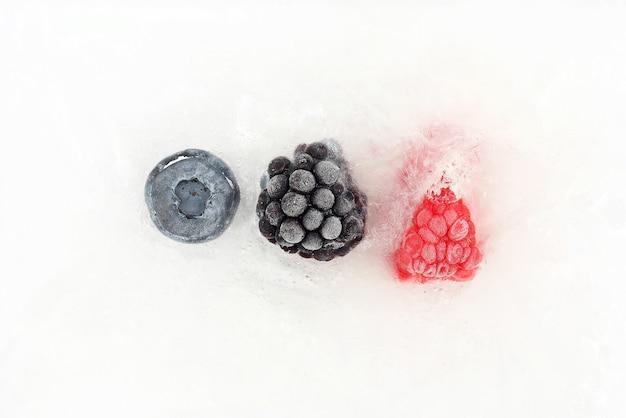 Mirtilli, more e lamponi congelati nel ghiaccio