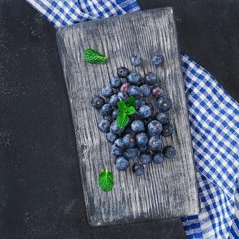 Mirtilli su sfondo blu