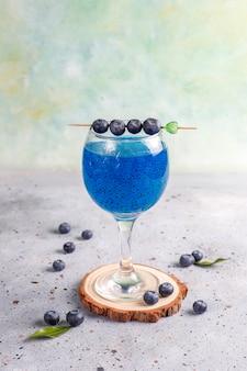Bevanda ai semi di basilico e mirtillo.