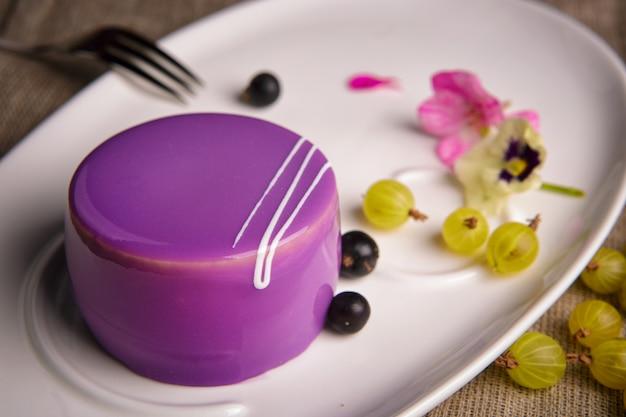 Torta di mirtilli con mirtilli e uva spina