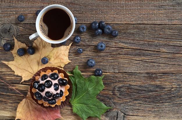 Torta di mirtilli con frutti di bosco freschi e tazza di caffè