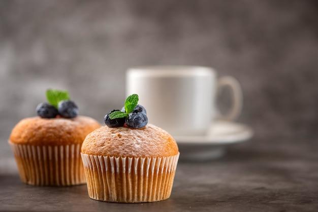 Muffin ai mirtilli su gray.