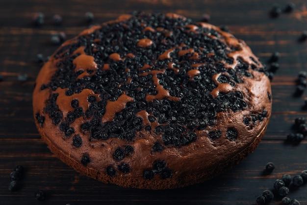Torta di mirtilli con frutti di bosco, pasticceria fresca fatta in casa, su legno. copia spazio.
