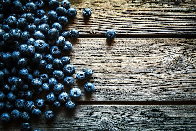 Mirtillo su sfondo di legno. frutta, cibo, biologico