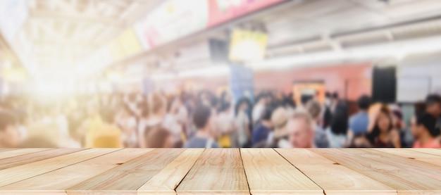 Sfocatura folla di persone anonime in attesa del treno elettrico dopo il lavoro nella stazione della metropolitana. concetto di capitale della vita delle persone. caos di persone. stare in mezzo alla folla causa stress nella vita di tutti i giorni e mette a rischio.