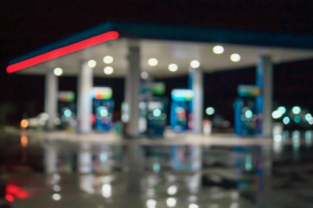 Immagine sfocata della stazione di servizio di notte