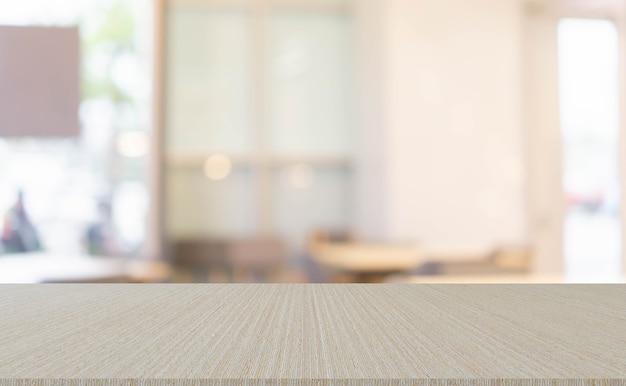 Sfocatura del soggiorno interno moderno sullo sfondo della casa con tavolo in legno semplice in prospettiva