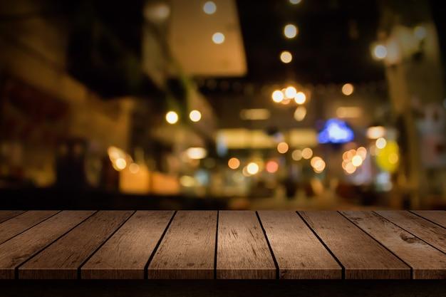 Sfocatura ristorante, tavolo in legno
