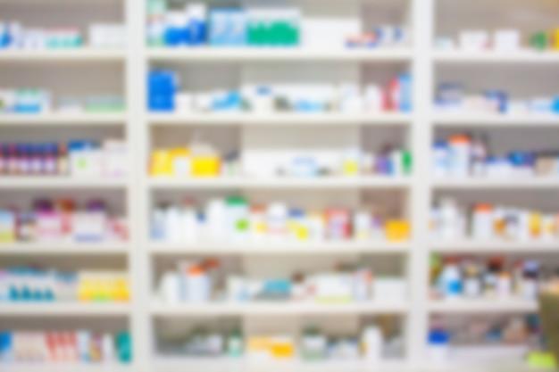 Sfoca gli scaffali dei farmaci nella farmacia