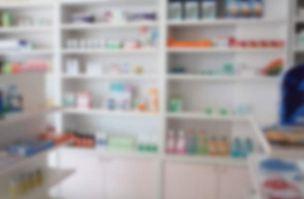 Sfoca alcuni scaffali di farmaci nella farmacia della farmacia