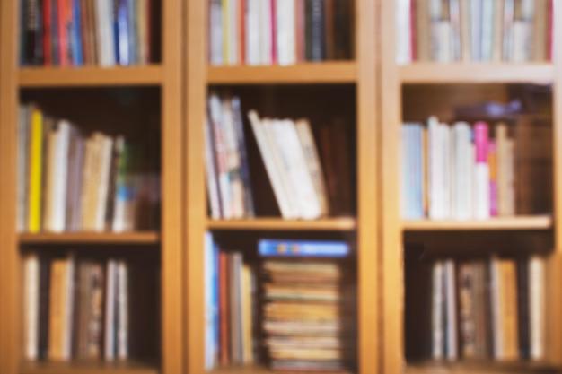 Sfondo sfocato della biblioteca di casa con libri colorati