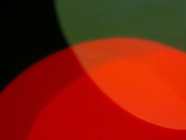Sfondo sfocato in cerchi verdi e rossi.