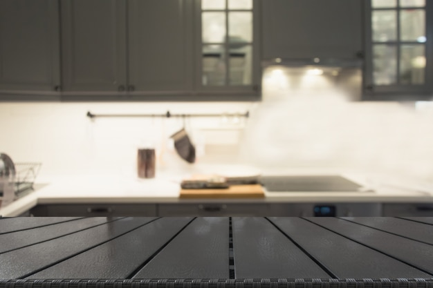 Sfondo sfocato moderna cucina grigia sfocata o bar con piano del tavolo e spazio