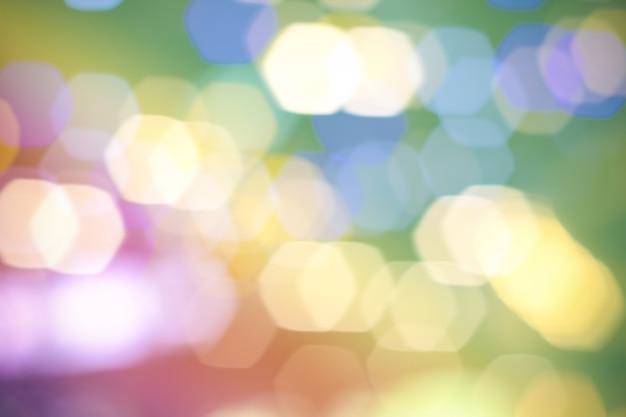 Sfondo sfocato con luci flare e bolle di luce bokeh in colori pastello
