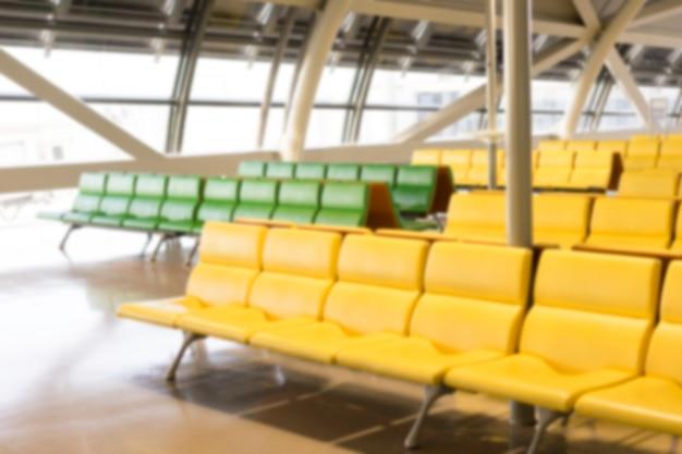 Panchina offuscata nel terminal dell'aeroporto. area di attesa vuota del terminal dell'aeroporto con sedie.