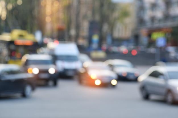 Città vaga del fuoco molle confuso, strada del centro occupata con le automobili e luci, concetto urbano di vita di città