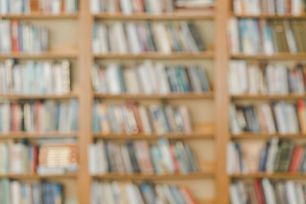 Scaffali per libri sfocati in biblioteca