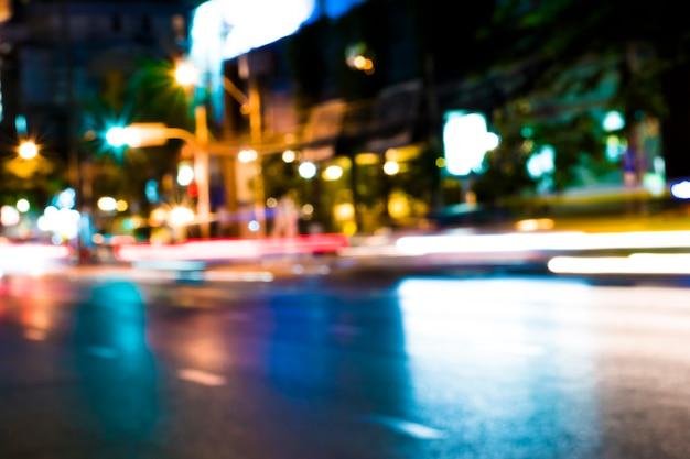 Strade e luci della città sfocate di notte