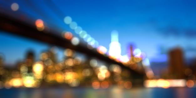 Paesaggio urbano vago dell'orizzonte di new york city entro la notte