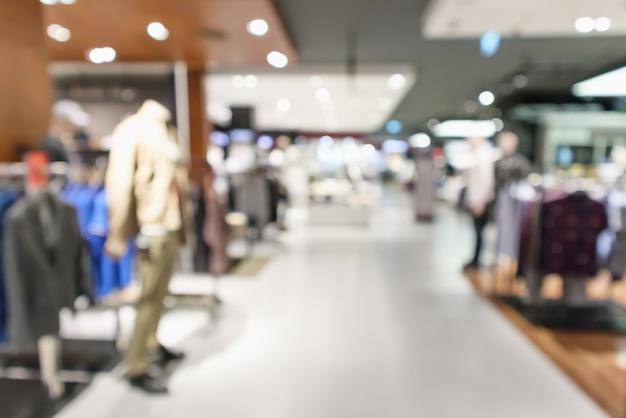 Interno di boutique di abbigliamento sfocato