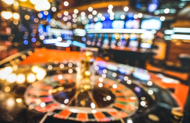Fondo defocused vago delle roulette al salone del casinò