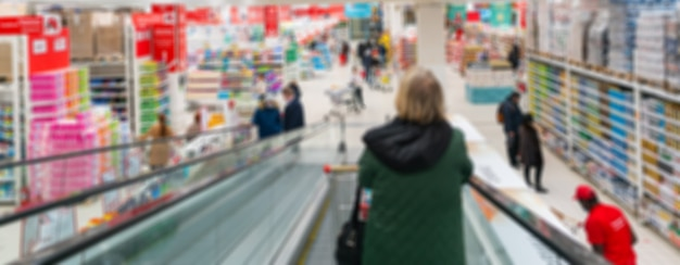 Scala mobile offuscata in un supermercato. vendita di merci in un negozio al dettaglio