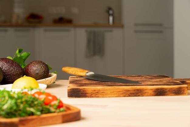 Tabella di cibo sfocato di spazio cucina a casa, appartamento, tavolo