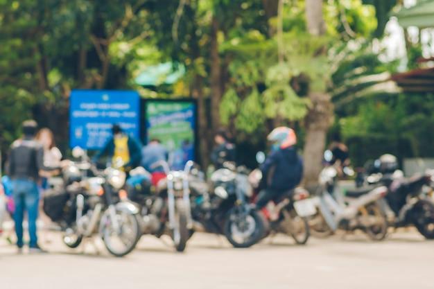 Immagine sfocata di molte moto parcheggiate insieme