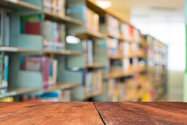 Immagine sfocata molti vecchi libri sullo scaffale per libri in biblioteca