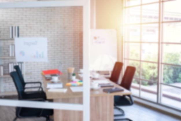 Immagine sfocata della sala riunioni nell'ufficio moderno, serata con luce solare - ideale per lo sfondo della presentazione