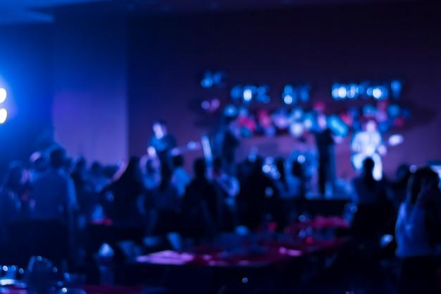Immagine sfocata di un piccolo concerto