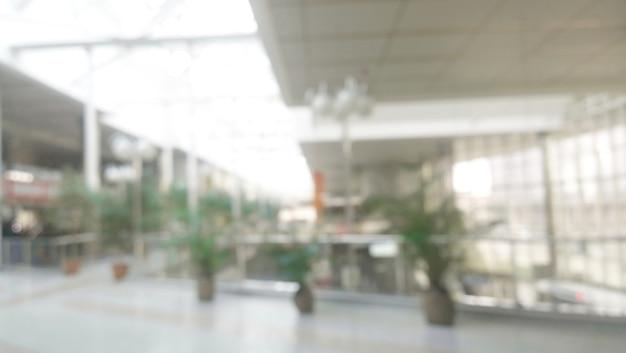 Immagine sfocata, ampio corridoio in un edificio per uffici.foto con copia spazio