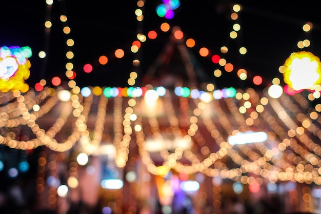 Luci sfocate del carnevale di notte