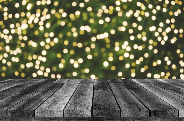 Luci sfocate e tavolo in legno