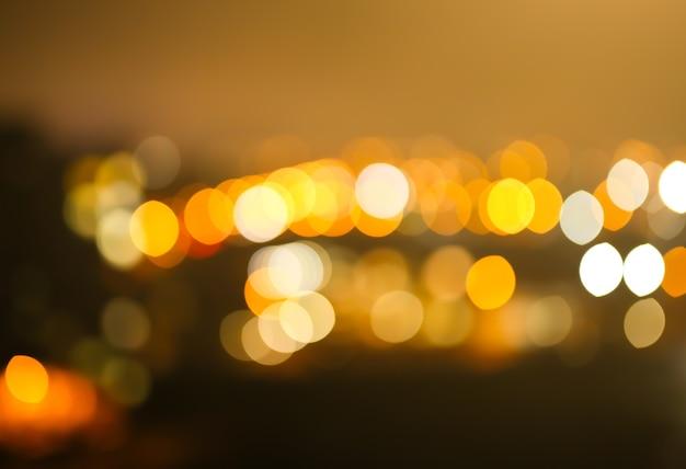 Foto sfocata delle luci notturne della città. fondo astratto del modello nell'effetto del bokeh.