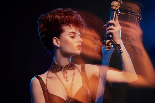 Foto sfocata di una meravigliosa donna guerriera con una spada.