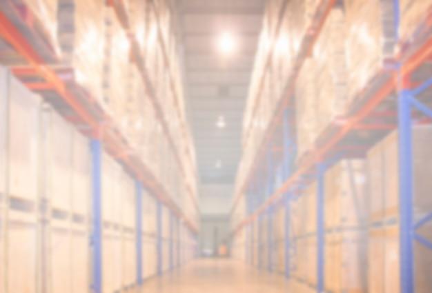 Scaffali alti del magazzino di stoccaggio sfocato per lo spazio del magazzino di sfondo industriale o logistico