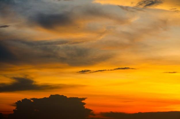 Nuvola vaga del mucchio di tramonto in nuvola molle del cielo arancio rosso tropicale