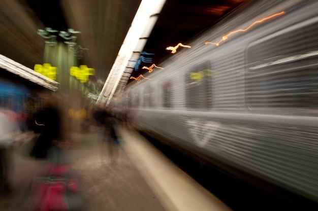 Vista offuscata di un treno in una stazione della metropolitana, stoccolma, svezia