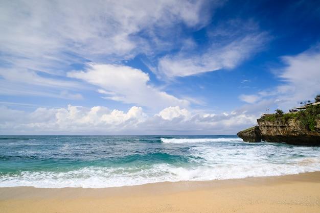 Sfondo sfocato del paesaggio marino a drini beach con nuvole e cielo drammatici al mattino