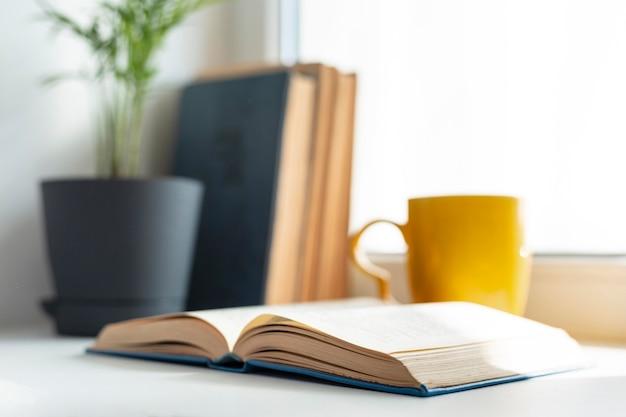 Libri sfocati e disposizione delle tazze