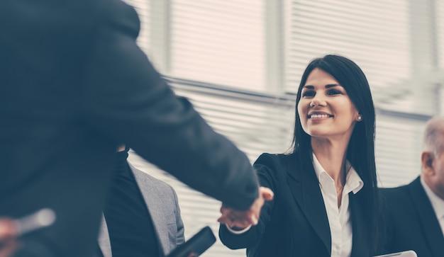 Immagine sfocata di un team aziendale che discute di nuove idee. sfondo di affari