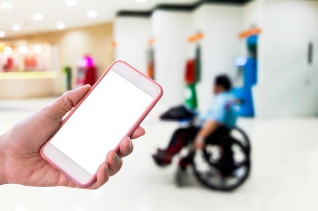 Immagini sfocate di persone disabili che vendono biglietti della lotteria Foto Premium